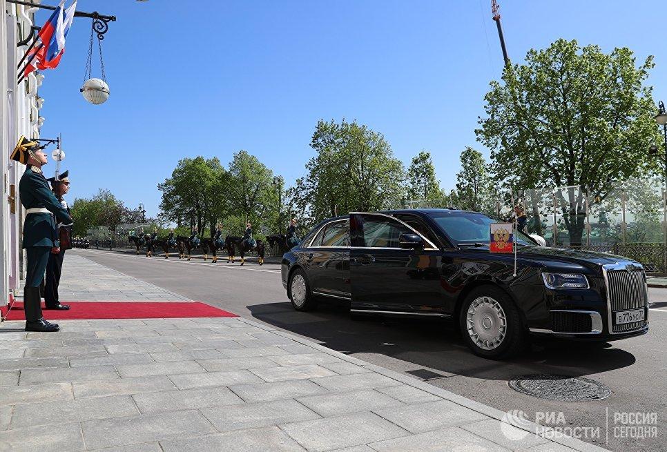 Автомобиль Aurus, на котором избранный президент России Владимир Путин прибыл на церемонию инаугурации в Большой Кремлевский дворец
