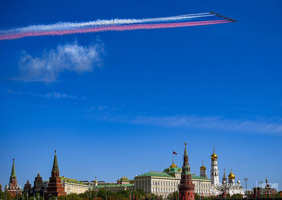 Штурмовики Су-25 во время воздушной части военного парада, посвященного 73-й годовщине Победы в ВОВ
