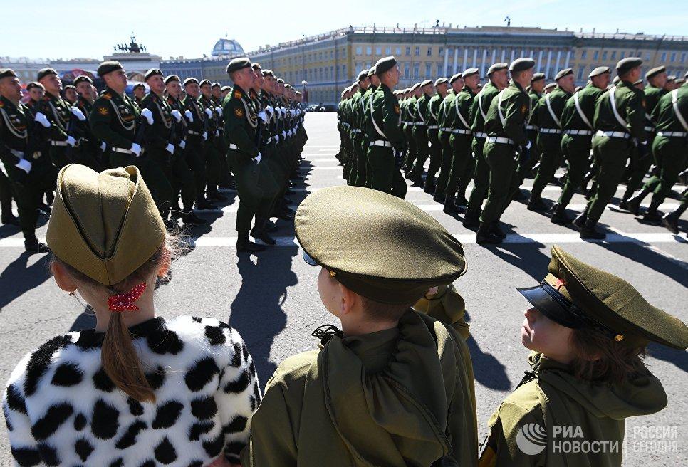 Парадные расчеты военнослужащих на военном параде в Санкт-Петербурге, посвященном 73-й годовщине Победы в Великой Отечественной войне. 9 мая 2018