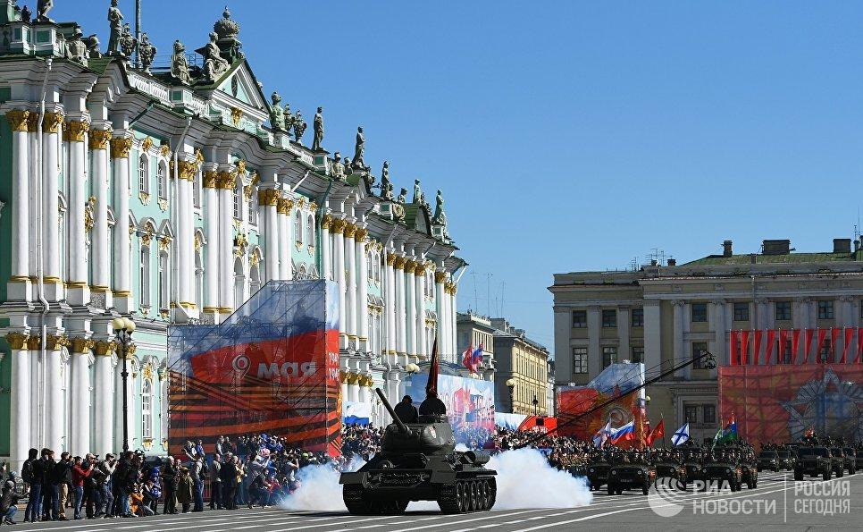Танк Т-34-85 на военном параде в Санкт-Петербурге, посвященном 73-й годовщине Победы в Великой Отечественной войне