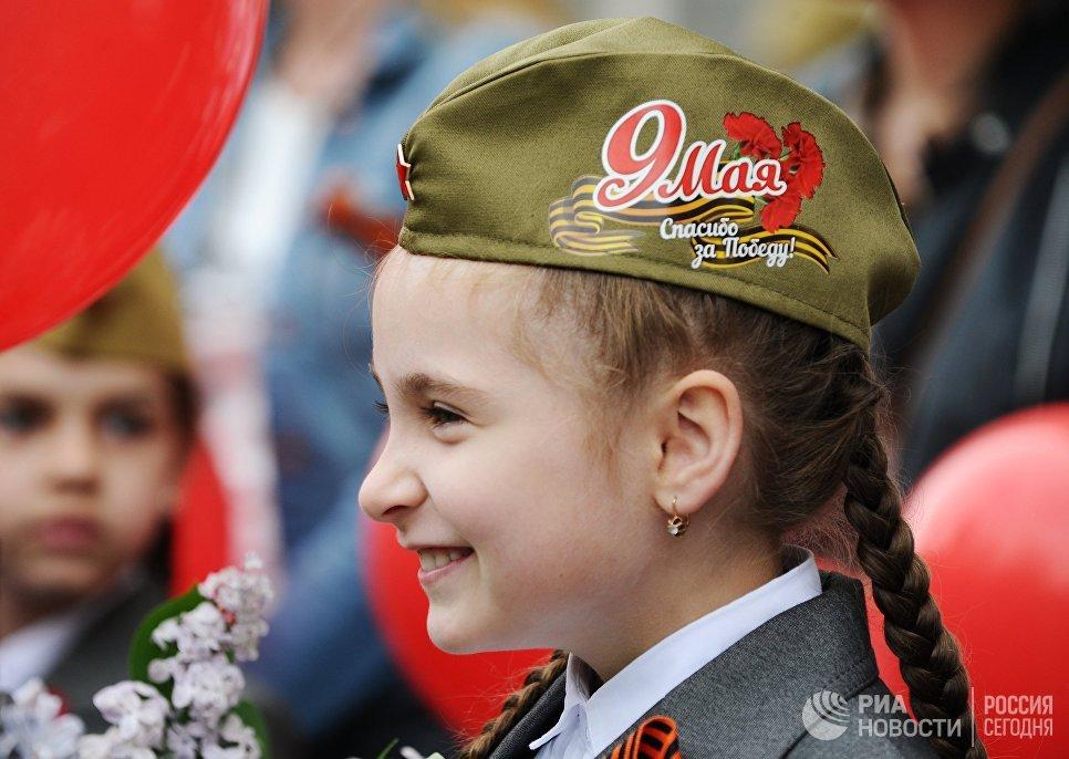 Девочка во время празднование Дня Победы в Ростове-на-Дону, посвященного 73-й годовщине Победы в Великой Отечественной войне