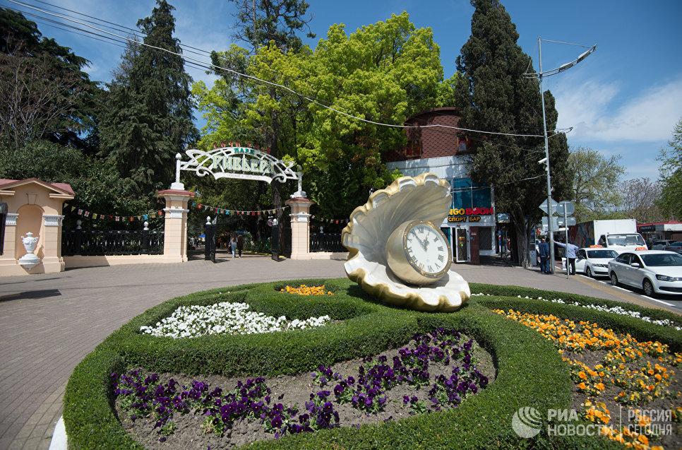 Скульптура Жемчужина с часами в парке «Ривьера» в Сочи.