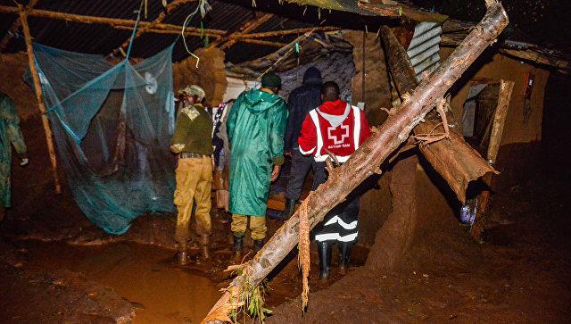Волонтеры в поисках выживших после прорыва дамбы на реке Солаи в 40 км от города Накуру в Кении. 10 мая 2018