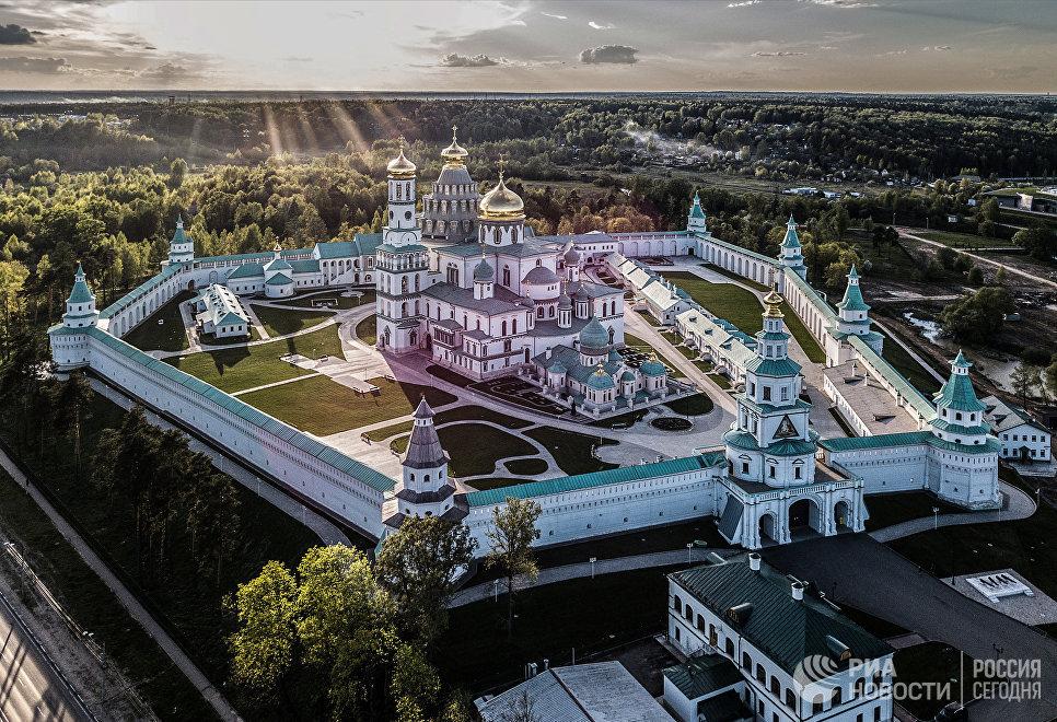 Воскресенский Новоиерусалимский ставропигиальный мужской монастырь Русской православной церкви после полной реставрации в городе Истре Московской области