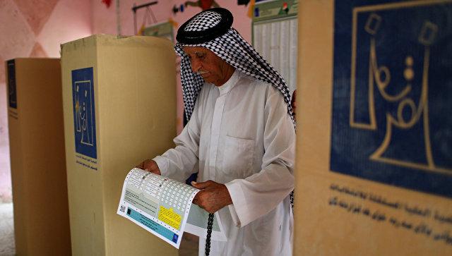 Мужчина отдает свой голос на избирательном участке во время парламентских выборов в Багдаде, Ирак. 12 мая 2018