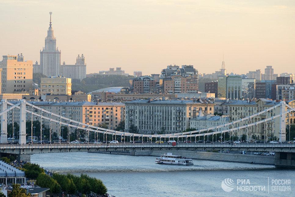 Крымский мост над Москвой-рекой.