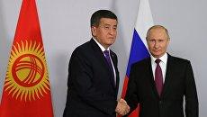 Президент РФ Владимир Путин и президент Киргизии Сооронбай Жээнбеков  во время встречи. 14 мая 2018