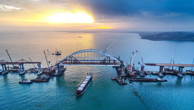 Арки автомобильного и железнодорожного пролетов строящегося Крымского моста