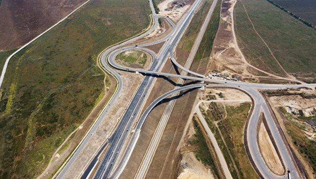 Автомобильное движение по трассе с автоподходами к Крымскому мосту. Архивное фото