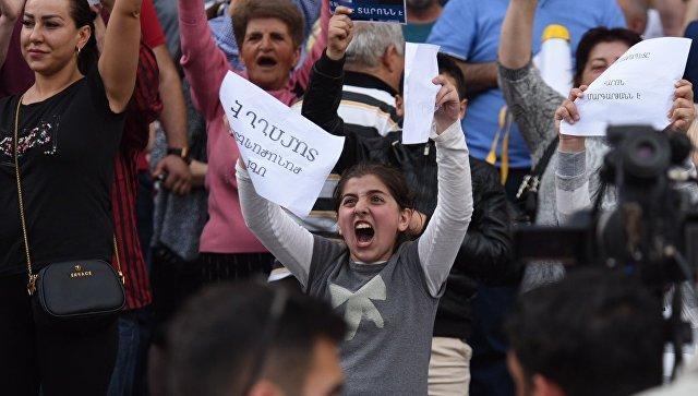 Участники акции в поддержку мэра Еревана Тарона Маргаряна у здания городской администрации. 16 мая 2018