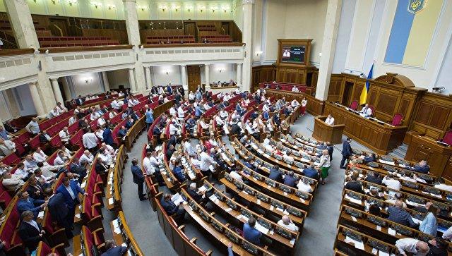 Депутаты, одетые в традиционную украинскую одежду на заседании Верховной рады Украины в День вышиванки. 17 мая 2018