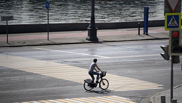 Велосипедист на одной из улиц Москвы. Архивное фото