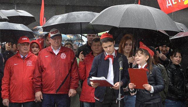 Во время торжественного приема в пионеры на Красной площади в Москве. 19 мая 2018