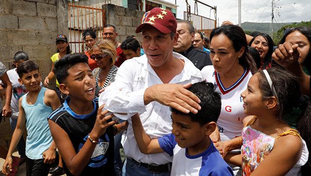 Кандидат в президенты Венесуэлы Энри Фалькон после голосования на избирательном участке во время президентских выборов в Баркисимето, Венесуэла. 20 мая 2018