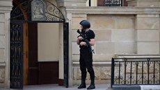 Сотрудник правоохранительных органов у церкви Архангела Михаила в центре Грозного, в которой четверо боевиков пытались захватить прихожан в качестве заложников