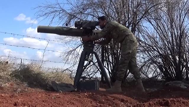 Боевик группировки, связанной с Сирийской свободной армией, с американской противотанковой управляемой ракетой Тоу-2. Архивное фото