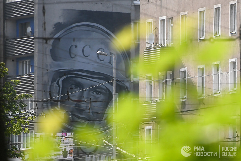 Граффити-портрет Алексея Леонова на доме в Калининграде