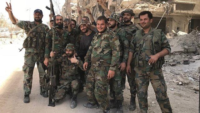 Военнослужащие сирийской армии в освобожденном лагере палестинских беженцев Ярмук на юге Дамаска