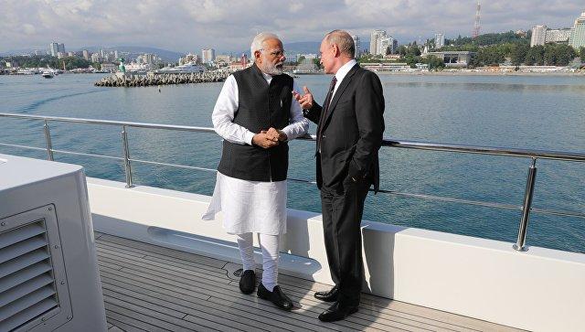 Президент РФ Владимир Путин и премьер-министр Республики Индии Нарендра Моди во время морской прогулки на судне. 21 мая 2018