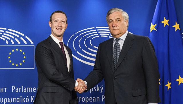 Руководитель компании Facebook Inc. Марк Цукерберг и президент Европарламента Антонио Таяни в парламенте ЕС в Брюсселе, Бельгия. 22 мая 2018