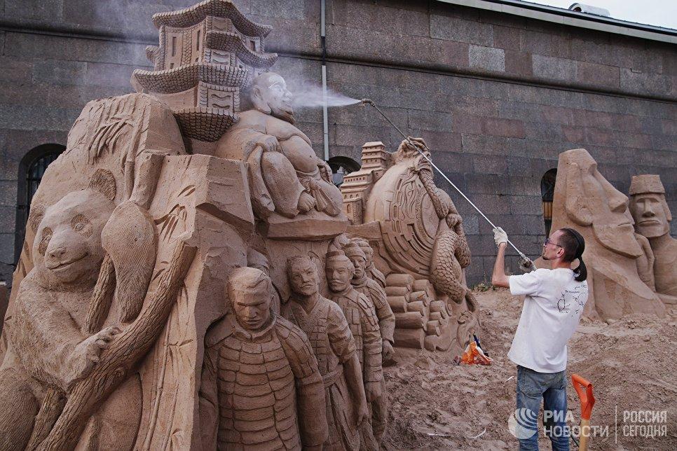 Мастер работает над скульптурой во время подготовки к открытию фестиваля песчаных скульптур в Санкт-Петербурге