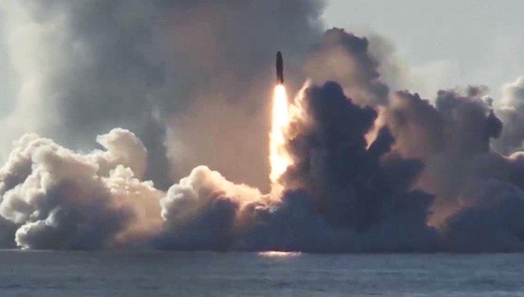 Запуск ракеты Булава по полигону Кура с подводного крейсера Юрий Долгорукий в Белом море. Архивное фото