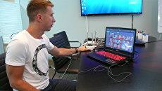 Разработчик демонстрирует систему распознавания лиц. Архивное фото