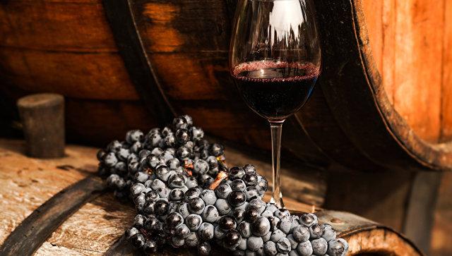 Красное вино. архивное фото