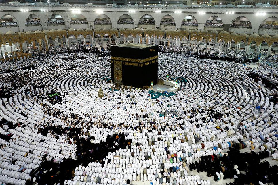 Мусульмане молятся вокруг Святой Каабы