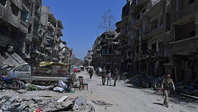 Военные на территории бывшего лагеря палестинских беженцев Ярмук в Сирии, освобождённой от боевиков запрещенной в РФ террористической организации Исламского государства. Архивное фото