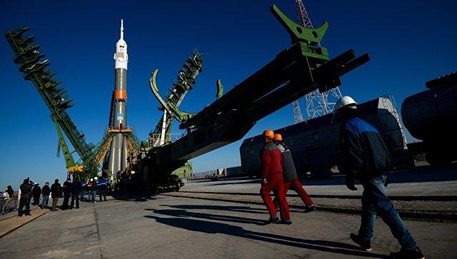 Установка ракеты-носителя Союз-ФГ с транспортным пилотируемым кораблем Союз МС-02. Архивное фото