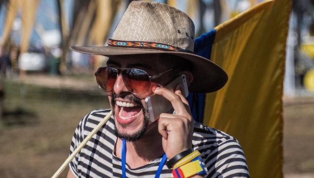 Молодой человек с мобильным телефоном
