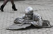 Памятник слесарю-сантехнику Степанычу на Любинском проспекте в центре Омска