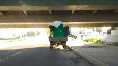 Под мостом глупости застряла газель с биотуалетом