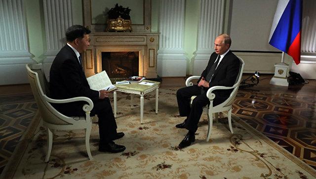 Владимир Путин и председатель Медиакорпорации Китая Шэнь Хайсюн во время интервью. 6 июня 2018