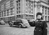 Регулировщица на московской улице Охотный ряд