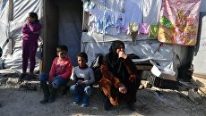 Женщина с детьми в палаточном лагере для сирийских беженцев долине Бекаа в Ливане. Архивное фото