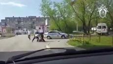 Задержание мужчины, разбившего металлической трубой стекло в автомобиле скорой помощи