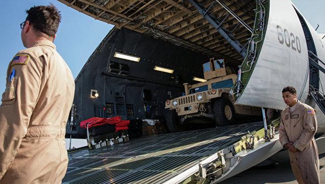 Самолет Военно-воздушных сил США с первой партией американских бронированных автомобилей в международном аэропорту Борисполь