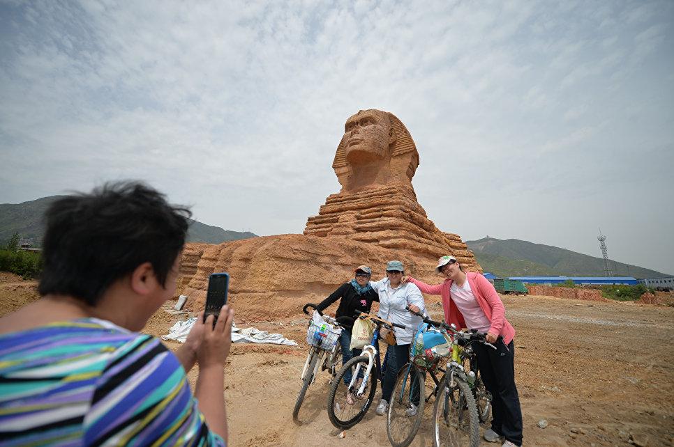 Копия знаменитого Большого Сфинкса в парке недалеко от города Шицзячжуан, Китай