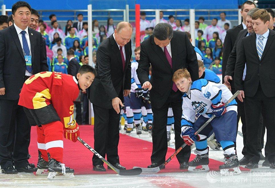 Президент РФ Владимир Путин и председатель КНР Си Цзиньпин во время посещения товарищеского хоккейного матча юношеских команд в Тяньцзине. 8 июня 2018