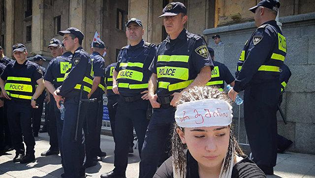 В Грузии к парламенту стягивают спецназ и полицию