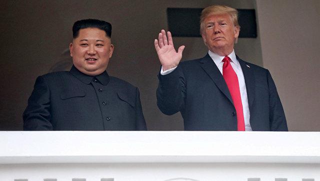 Президент США Дональд Трамп и лидер КНДР Ким Чен Ын на балконе отеля Капелла в Сингапуре. 12 июня 2018