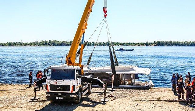 Поднятие катамарана, потерпевшего крушение в Волгограде, на сушу. 12 июня 2018