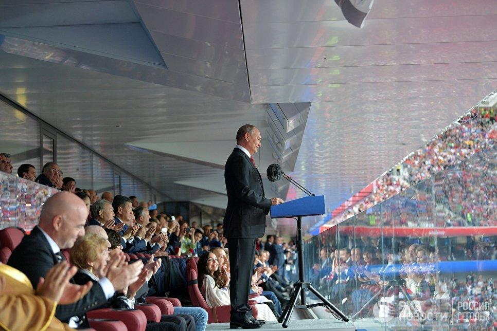 Президент РФ Владимир Путин выступает на торжественной церемонии открытия чемпионата мира по футболу - 2018 перед стартовым матчем турнира между сборными России и Саудовской Аравии