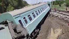На месте схода вагонов пассажирского поезда в Жамбылской области Казахстана. Архивное фото