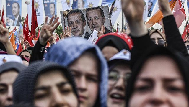 Сторонники президента Турции Реджепа Тайипа Эрдогана во время предвыборного митинга в Стамбуле