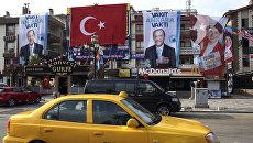 Портреты кандидатов в президенты Турции Реджепа Тайипа Эрдогана и Мерал Акшенер на улице Анкары. Архивное фото