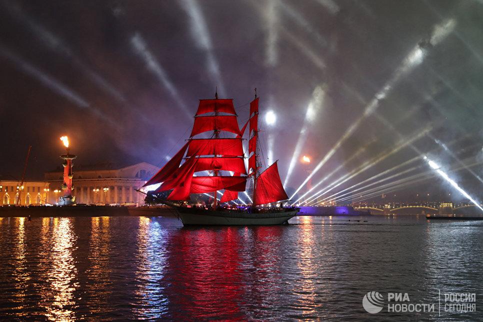 Шведский парусник Tre Kronor под алыми парусами на празднике выпускников Алые паруса - 2018 в Санкт-Петербурге