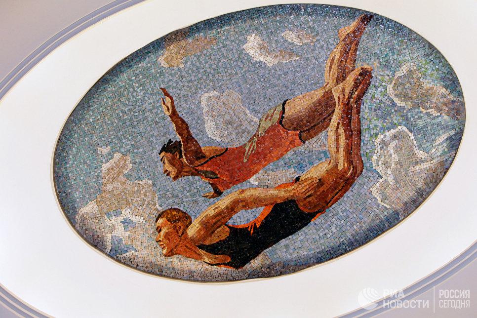 Мозаичное панно из смальты (автор эскиза — художник Александр Дейнека) на станции метро «Маяковская», на которой завершилась комплексная реконструкция.